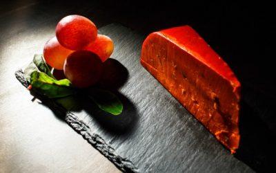 delicioso-queso-de-naranja-y-bayas-de-uva-en-plato-negro_1304-2715